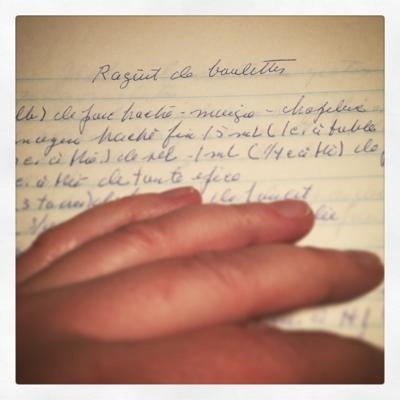 Main sur un livre de recettes
